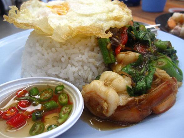 Shrimp fried with basil