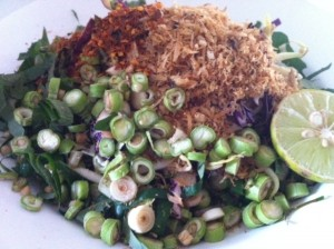 To Go: Crunch Thai Salad Full of Herbs & Vegetables w/ Brown Rice (55 THB)