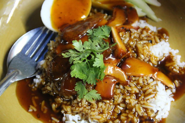 """Bangkok's """"Fastest"""" Street Food? A Meal at Microphone"""