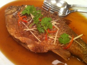 The owner brings us a fish that's been slow cooked for 30 hours, superb! Dish: ปลาตะเพียนต้มเค๊ม
