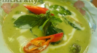 how to make green curry at naj thai cooking school