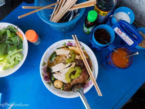thai-street-food-chicken-noodles-bangkok