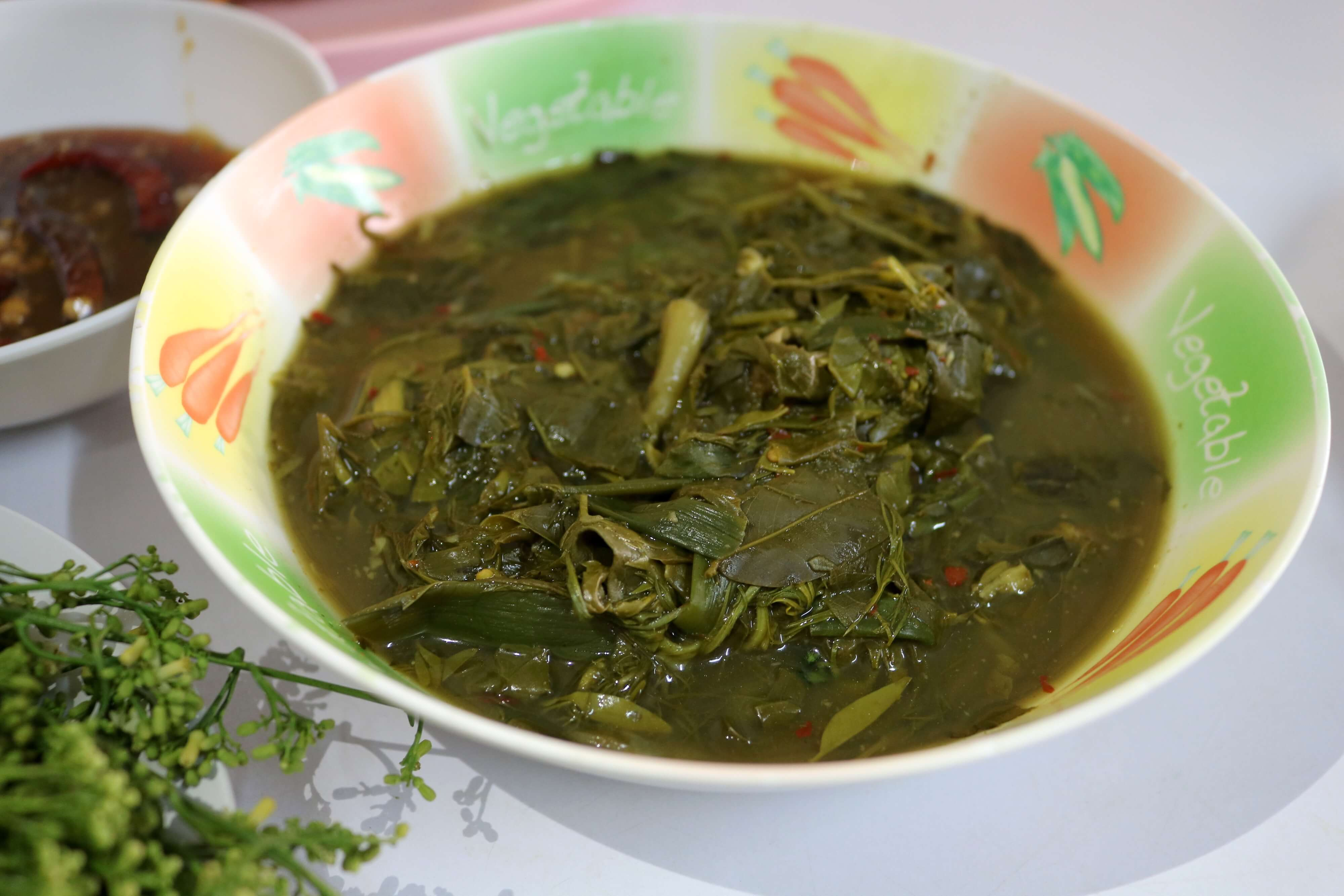 The leaves of the Kassod Tree are used to make a wonderful curry, which has several variations throughout Thailand